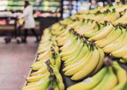 Un rayon composé uniquement de bananes dans un supermarché