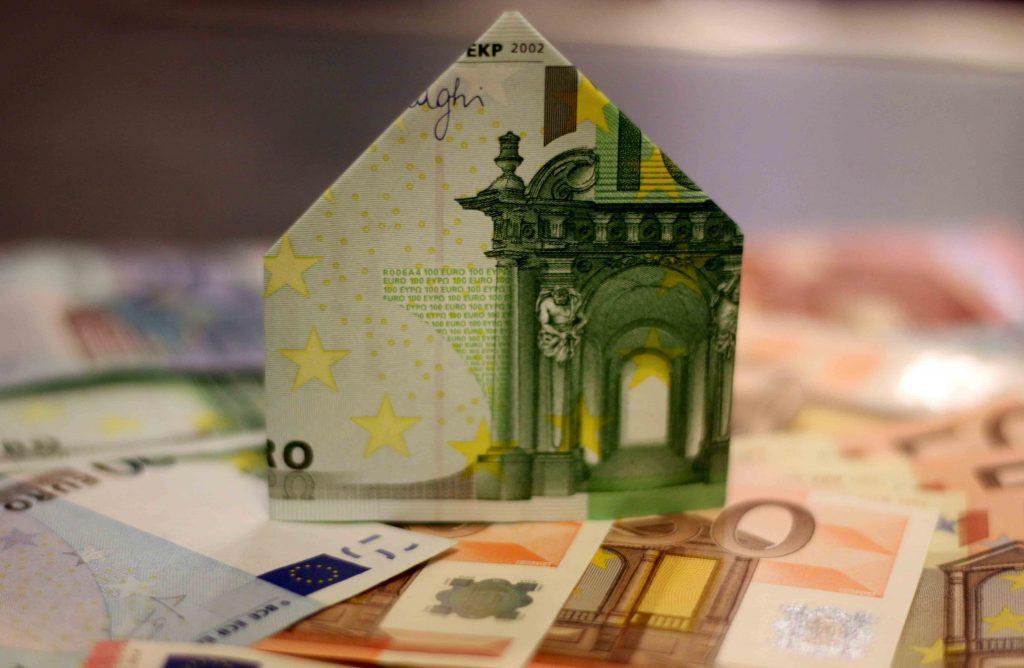 Des billets d'euros qui forment une maison.