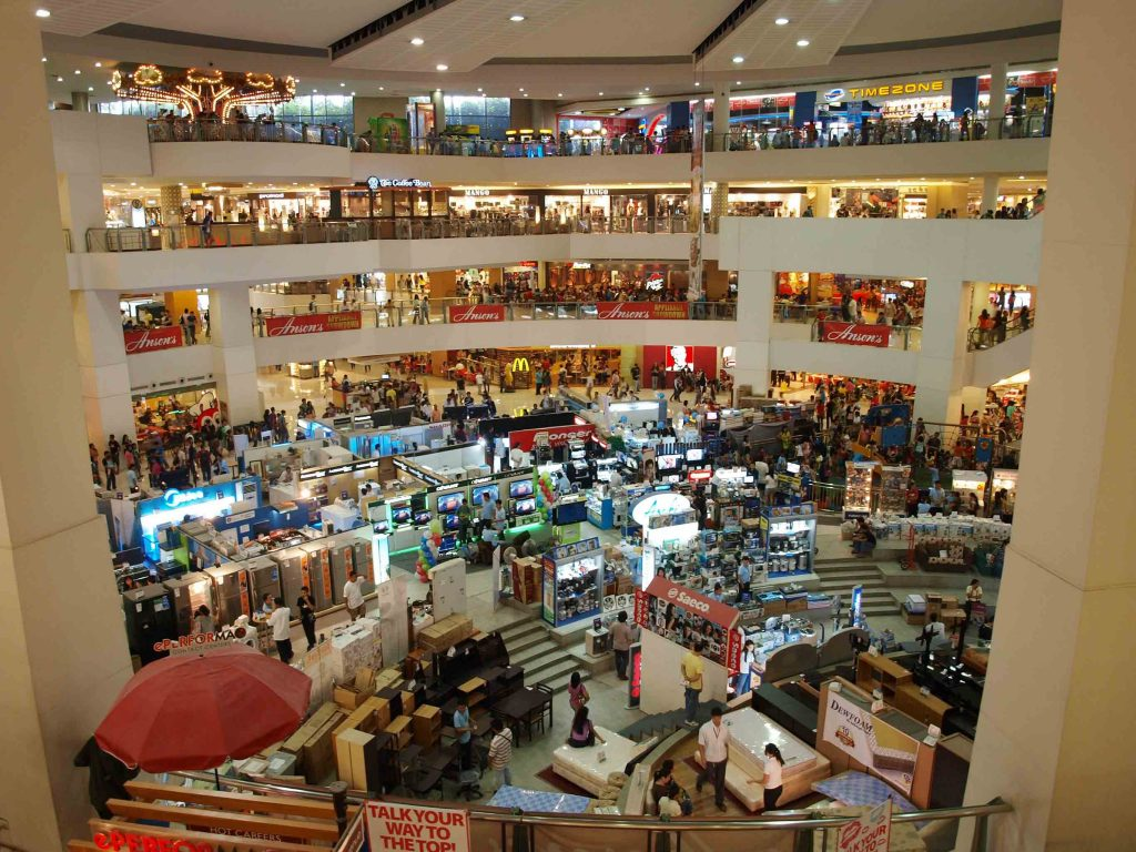 Une vue d'ensemble d'un centre commercial.