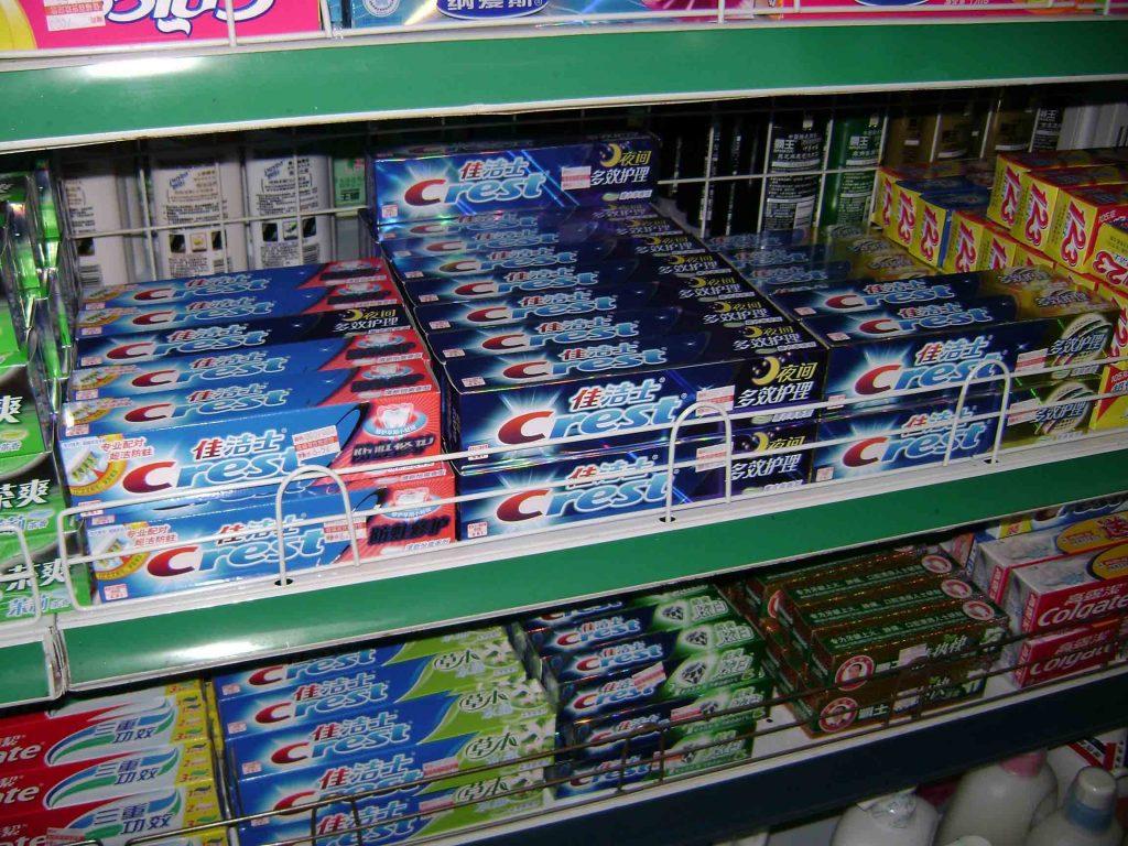 Plusieurs marques de dentifrices dans un supermarché