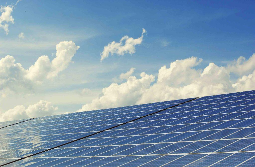 Des panneaux photovoltaic sur un fond nuageux.