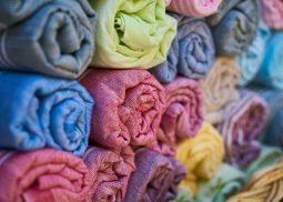 Quelques serviettes de tissus multicouleurs