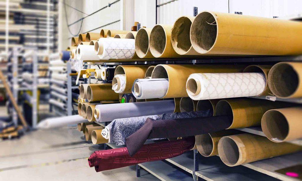 Une usine contenant des rouleaux de tissus.