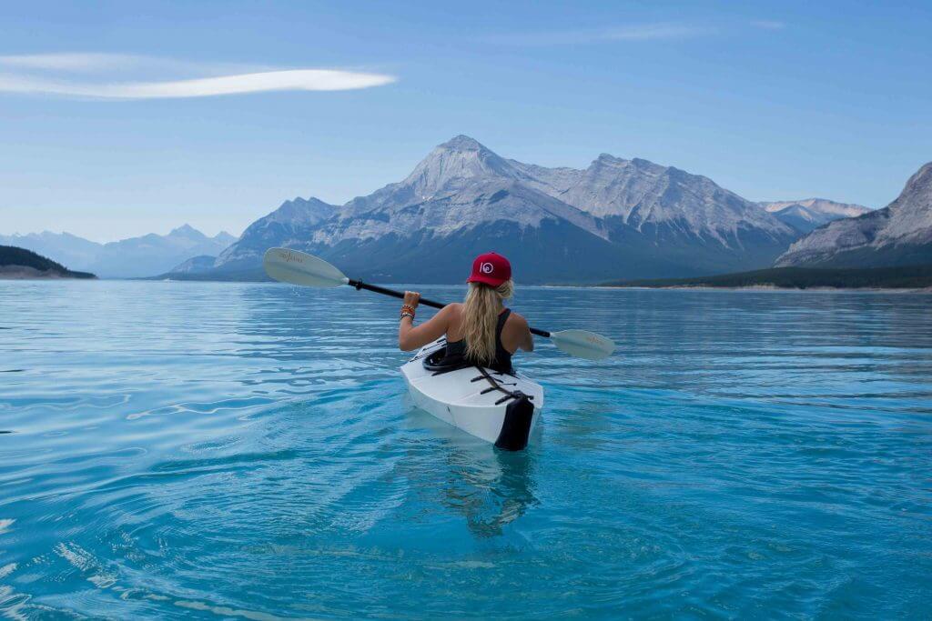 Une jeune femme qui fait du canoe.