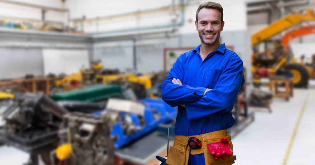 Un travailleur du bâtiment dans une usine de machines de construction.