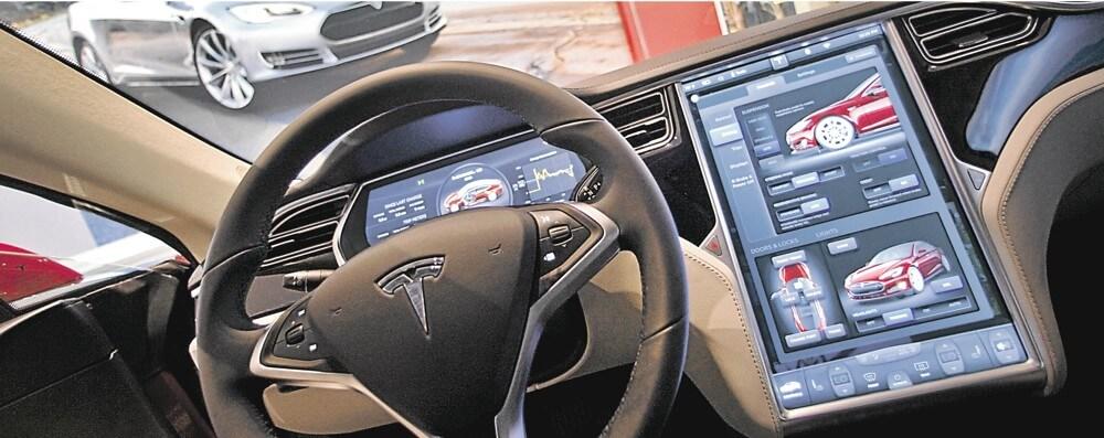 Une vue de l'habitacle d'une voiture Tesla.